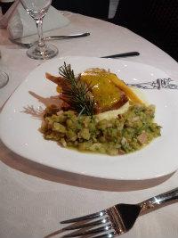 Coxa de pato confitado na própria gordura ao molho e lâmina de manga acompanhado de lentilhas refogada com cebolas e bacon. Preparo da chef Veruska Velozo, do Paris Lounge. Foto: Veruska Velozo/Divulgação