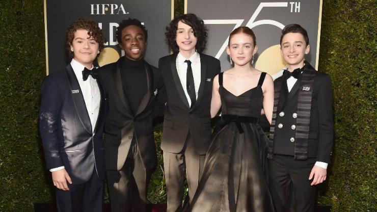 Elenco da série Stranger Things, sucesso da Netflix, também compareceu de preto à solenidade. Foto: AFP/Divulgação