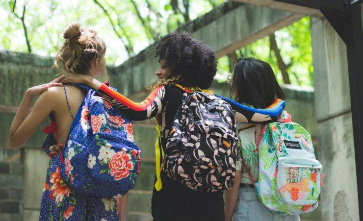 As mochilas celebram elementos da fauna e flora brasileiras, revisitando chitas e estampas tropicais. Foto: Farm/Divulgação