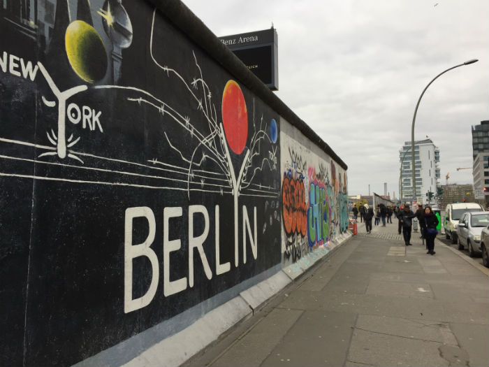 A East Side Gallery atrai turistas afixionados por arte de rua. Foto: Anamaria Nascimento/DP.