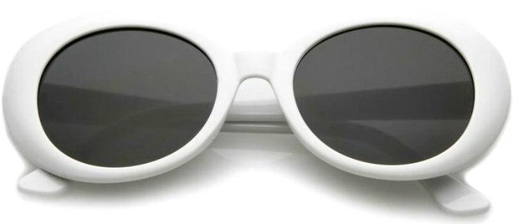 Os óculos tem formato arredondado e aros grossos: nos anos 1960, a cor branca simbolizava o futurismo. Foto: Genie Vintage/Divulgação