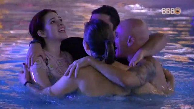 Família pulou na piscina para comemorar estreia no jogo. Foto: Globo/Reprodução