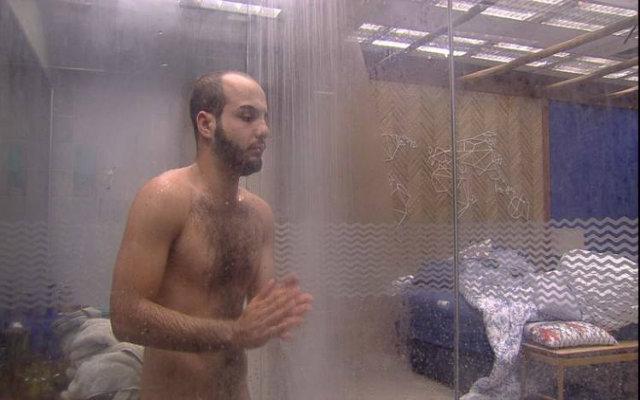 Mahmoud toma banho pelado no bangalô do líder. Foto: TV Globo/Reprodução