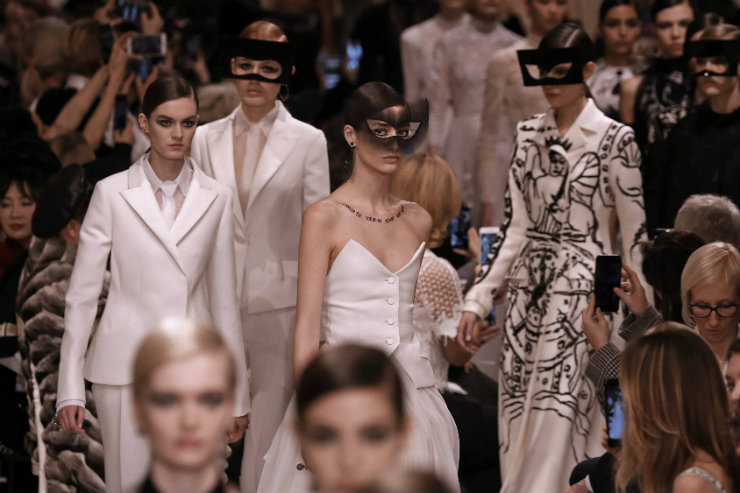 Semana de Alta-costura, uma das mais luxuosas do mundo da moda, foi pontuada por homenagens a mestres e ao preciosismo das roupas feitas à mão. Na foto, desfile da Dior. Foto: AFP/Divulgação
