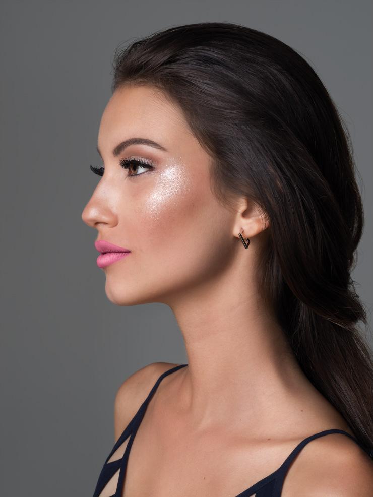 Brilho servirá para reforçar com leveza os contornos do rosto, segundo prevê o maquiador. Foto: Eudora/Divulgação