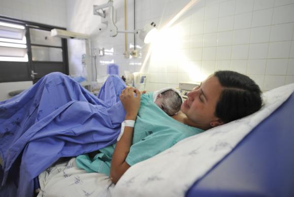 A OMS recomenda o contato pele a pele do recém-nascido com a mãe na primeira hora após o nascimento, para prevenir hipotermia e para estimular o aleitamento. Foto: Arquivo/Agência Brasil
