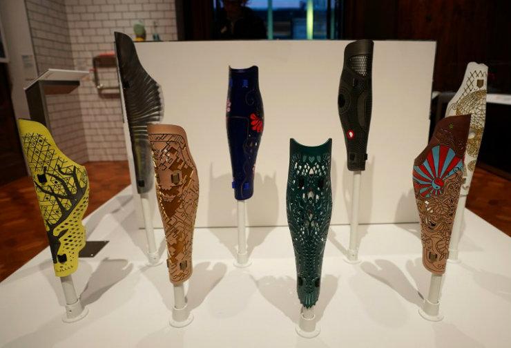 As próteses emulam os efeitos de tatuagens sobre a pele. Foto: Don Emmert/AFP