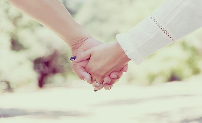 """""""Nossos resultados indicam que dar as mãos durante um episódio de dor aumenta o acoplamento entre os cérebros em uma rede que envolve as regiões centrais do cérebro do receptor de dor"""". Foto: Miguel R. Perez/Pixabay"""