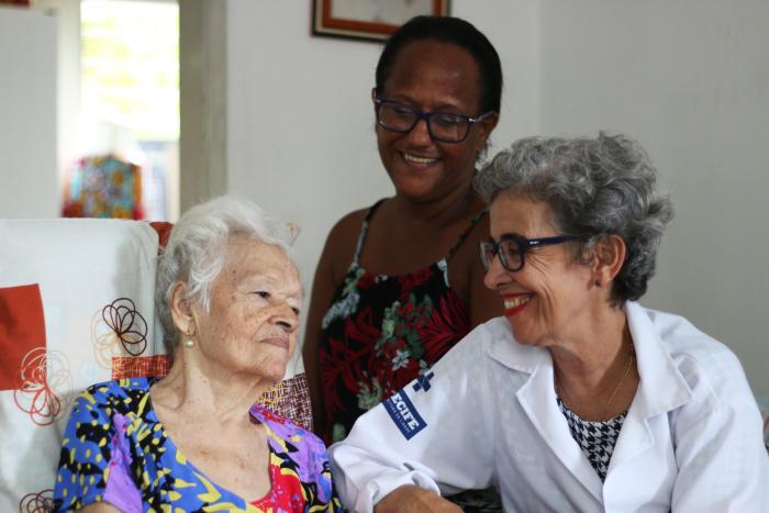 Fátima Nepomuceno conseguiu estabelecer relação de confiança com moradores da Macaxeira, no Recife. Crédito: Gabriel Melo/Esp. DP (Gabriel Melo/Esp. DP)