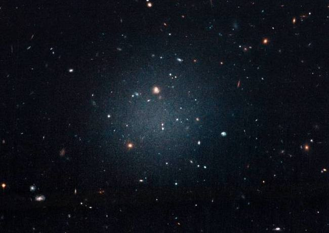 A excêntrica galáxia DF2 está 63 milhões de anos-luz distante da Terra e é classificada como ultradifusa, um tipo novo de sistema estelar: o primeiro foi descoberto em 2015 - Foto: NASA, ESA,P. van Dokkum/Divulgação