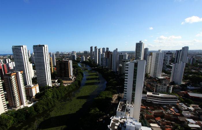 Avenida Beira Rio, que margeia o Capibaribe e cruza os dois bairros, é a mais valorizada. Foto: Nando Chiapetta/DP