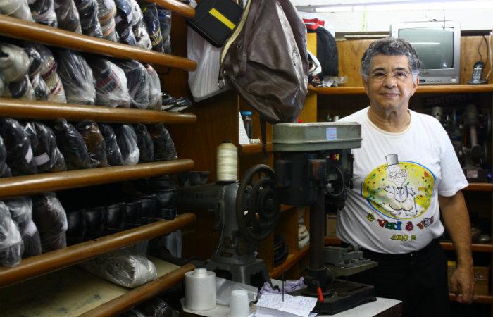 Conversador e sorridente, Toinho agrada à clientela fiel que o procura há décadas. Foto: Arquivo/DP