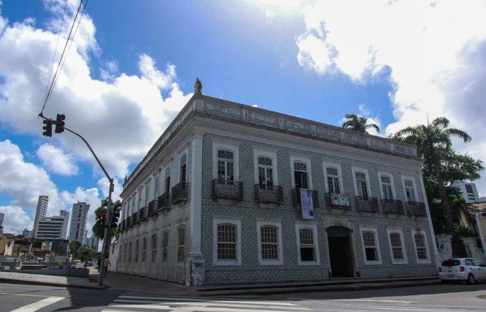 Casarão ladeado de azulejos tricentenários era referência para quem ia para o interior da capitania pernambucana. Foto: Thalyta Tavares/Esp DP
