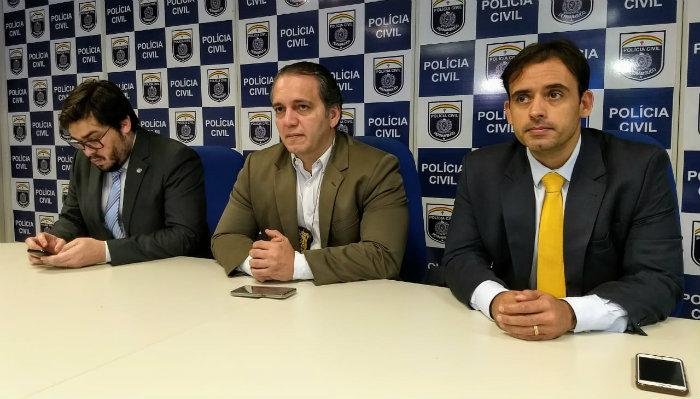 (Esq. p/ dir.): delegado Abraão Didier ; delegado José Claudio Nogueira (diretor Diresp) ; delegado João Leonardo Calvancanti, gestor da divisão de homicídios metropolitana. Foto: PCPE/Divulgação