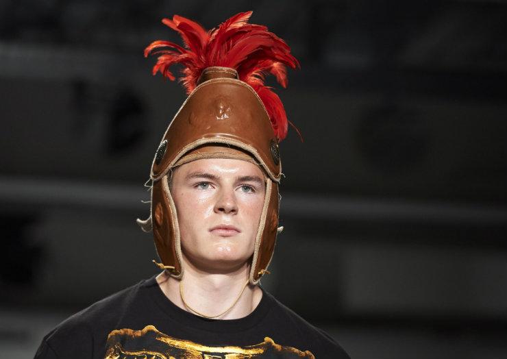 Capacetes da guarda pretoriana tiveram destaque na performance idealizada por Liam Hodges. Foto: Niklas Halle'N/AFP