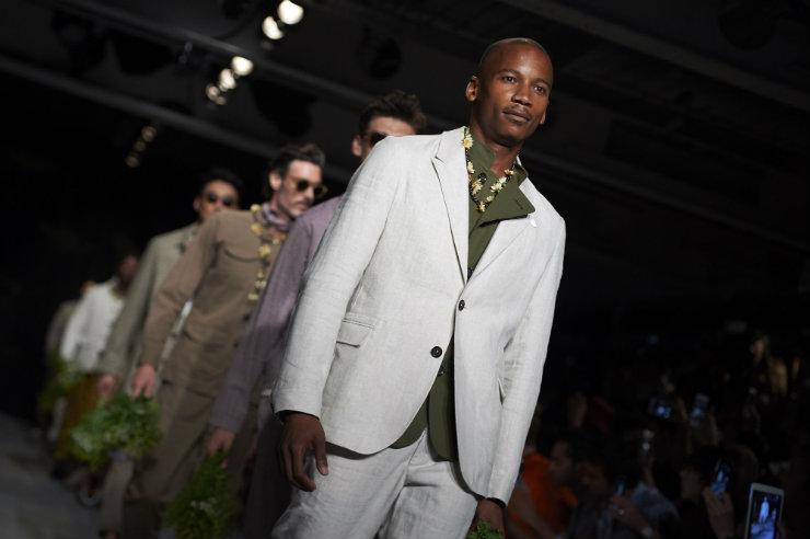 Spencer apostou em peças em linho e algodão orgânico, dando sofisticação à fashion week londrina. Foto: Niklas Halle'N/AFP