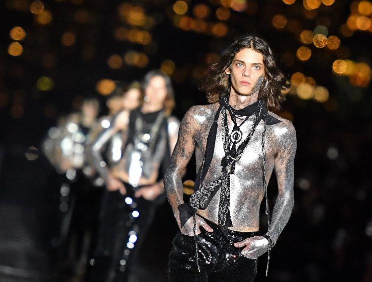 Sobre o torso nu dos modelos, colares inspirados nos indígenas americanos. Foto: Dia Dipasupil/Getty Images/AFP