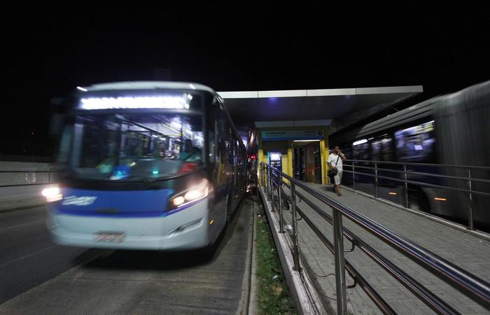 Incidente ocorreu durante percurso do BRT em direção ao Terminal Integrado de Camaragibe. Foto: Roberto Ramos/DP. LOCAL