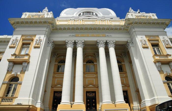 Manifestantes se concentraram em frente ao Palácio da Justiça na manhã desta segunda-feira. Foto: Reprodução/Internet