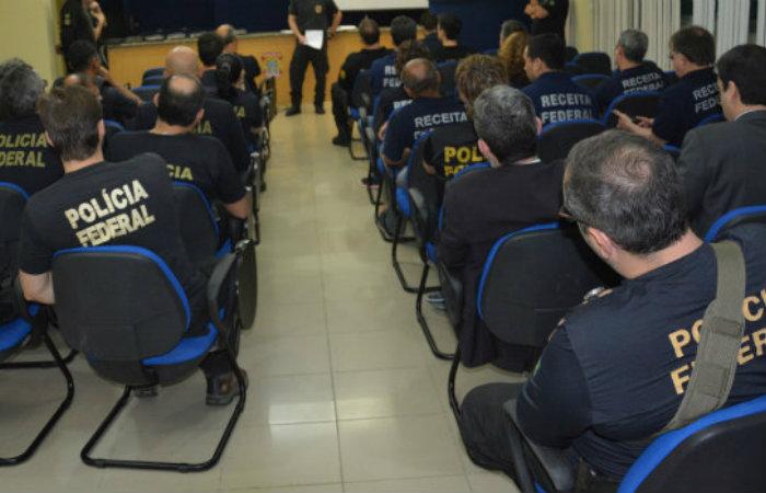 Equipe recebe instruções antes de sair para cumprir os mandados de busca e apreensão. Foto: PF/Divulgação