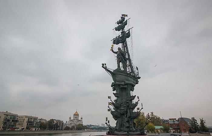 Estátua do primeiro imperador russo se impõe a 100 metros de altura no rio Moscou com o canal Vodootvodny, na ilha Bolotny. Foto: Sygic Travel Maps /Reprodução