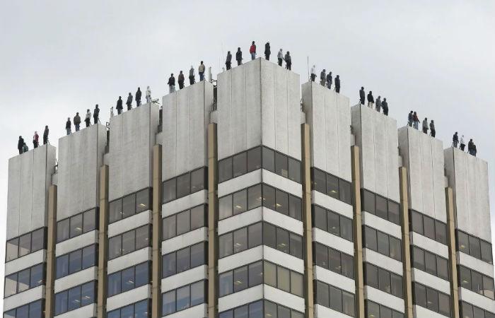 Campanha de prevenção: estátuas no alto de prédio de Londres alertam para a necessidade de estar atento ao tema Foto: Tolga Akmen/AFP