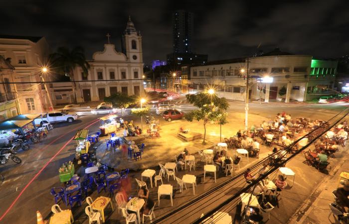 6aa03534307ce Pátio de Santa Cruz é um polo de bares. Foto  Rafael Martins Esp