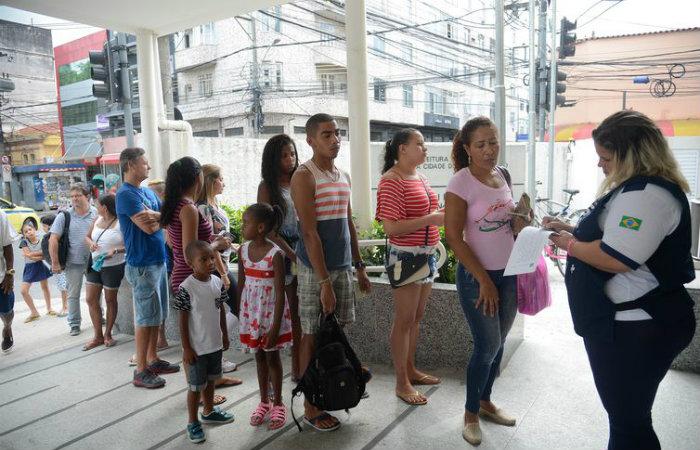 Longas filas se formam em frente aos postos de saúde para a vacinação contra a febre amarela (Tânia Rêgo/Agência Brasil)