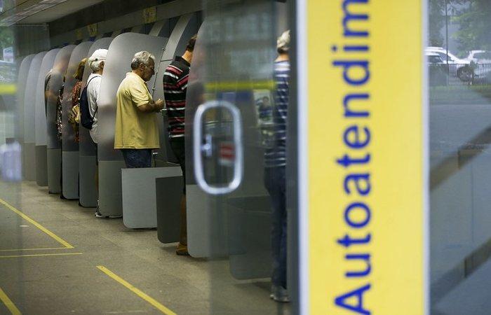 Caixas eletrônicos, a internet banking, o aplicativo do banco no celular são alternativas de serviços durante a ausência de expediente. Foto: Marcelo Camargo/Agência Brasil