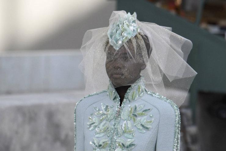A tradicional noiva da grife surgiu com peças em tom verde-azulado bordadas com folhas de oliveira. Foto: Alain Jocard/AFP