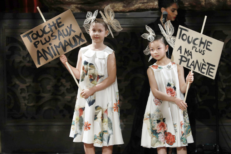"""""""Chega de prejudicar meu planeta"""" e """"Chega de prejudicar os animais"""" no desfile de Franck Sorbier. Foto: François Guillot/AFP"""