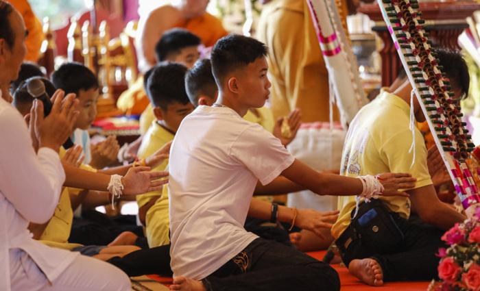 Fizeram uma série de rituais para que tenham sorte e sejam felizes e também homenagearam o mergulhador tailandês que faleceu . Foto: Krit PHROMSAKLA NA SAKOLNAKORN / THAI NEWS PIX / AFP