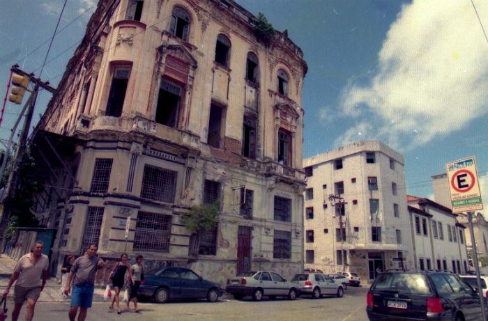 Em 2001, prédio construído no século 19 ainda estava com aspecto decadente. Foto: Alcione Ferreira/Arquivo/DP.