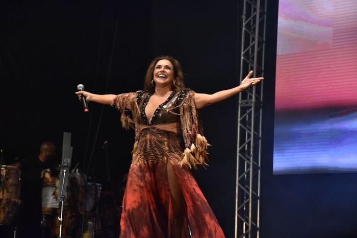 Daniela Mercury dedicou a apresentação à Renata Carvalho, com quem falou por telefone nos bastidores. Foto: Felipe Souto Maior/Fundarpe
