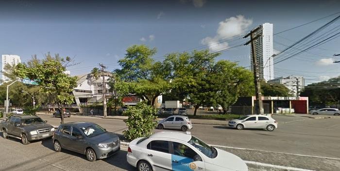 Área da Avenida Abdias de Carvalho em frente ao Sport também será interditada e terá operação de máquinas da Compesa. Imagem: Google Street View (Ago2017)