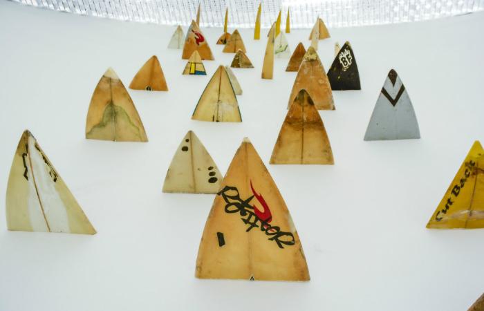 Os trabalhos da mostra partem de escrituras visuais de Huot sobre pranchas de surf, que foram descartadas, recolhidas na areia da praia e doadas por surfistas. Foto: Wesley D'Almeida/PCR/Divulgação