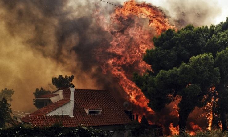 O fogo começou na tarde da última segunda-feira (23) Foto: VALERIE GACHE / AFP