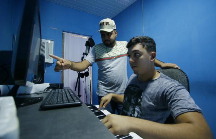 Produtores no estúdio do Batidão Stronda, localizado no Ibura. (Foto: Marlon Diego/Esp. DP)