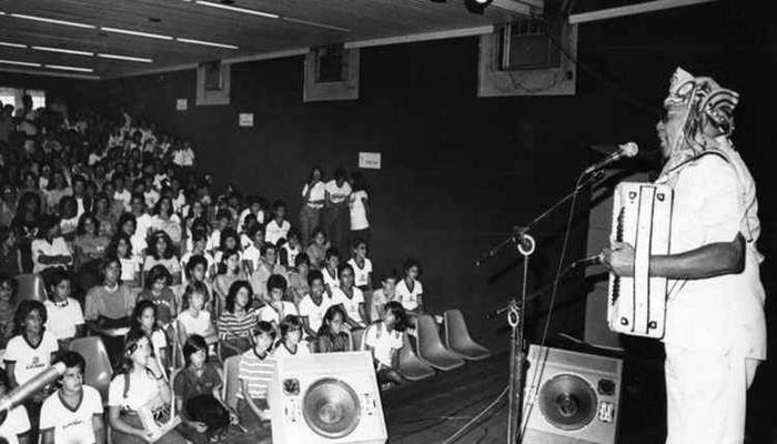 O cantor e compositor Luiz Gonzaga durante show em colégio. Foto: Givaldo Barbosa/CB/D.A Press