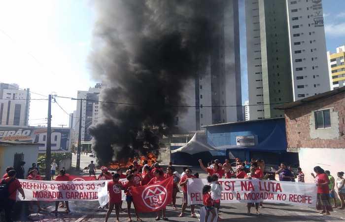 Manifestante atearam fogo em pneus e fecharam a Ernesto de Paula Santos. Foto: Divulgação MTST