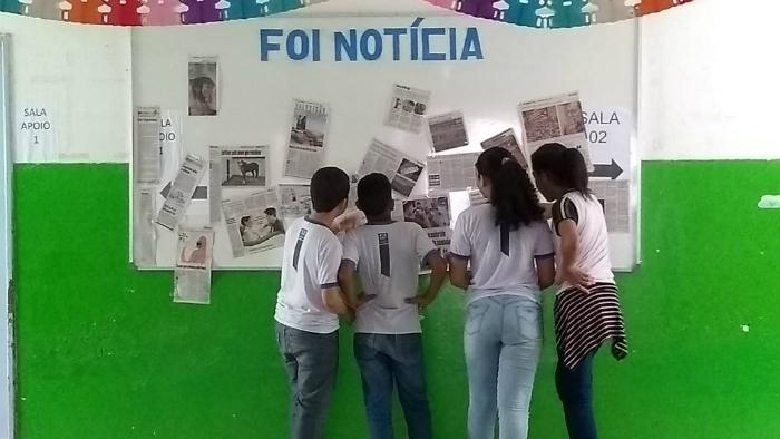 Notícias diárias são selecionadas e expostas para os estudantes. Foto: Colégio Municipal Humberto Barradas/Divulgação.