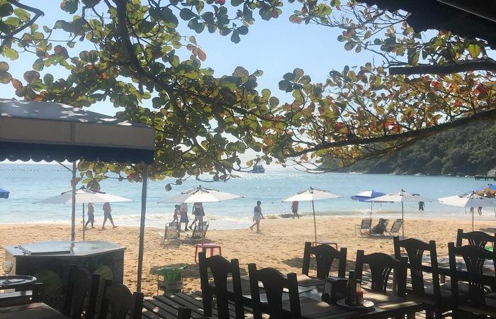 Praia de Laranjeiras oferece estrutura com bares e restaurantes para toda a família. Foto: Jeff Severino/Cortesia
