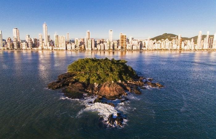 Vista da Ilha das Cabras, para a orla de Balneário Camboriú. Foto: Produtora Power