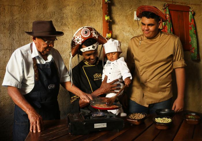O chef Rivandro França cozinha ao lado do pai Ricardo e dos filhos Raudnei Marques 17 anos e Thamara de 1 ano