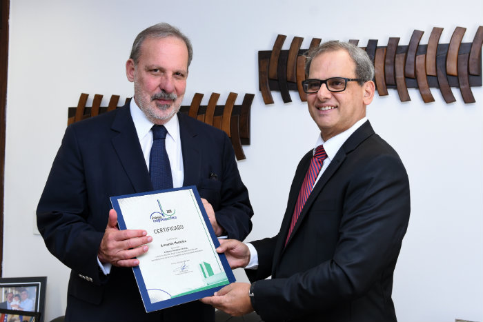 Armando recebeu certificado do Congresso em Foco. Foto: Ana Luisa Sousa/Divulgação