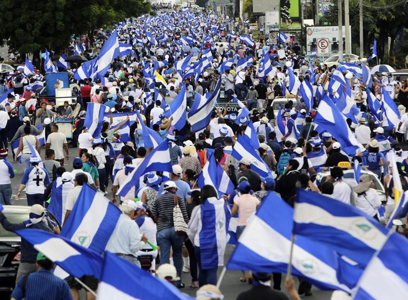 A violência generalizada nos protestos já deixaram mais de 320 mortos, 2000 feridos e um número desconhecido de detidos e de desaparecidos, além de milhares de refugiados nos países vizinhos. Foto: INTI OCON / AFP