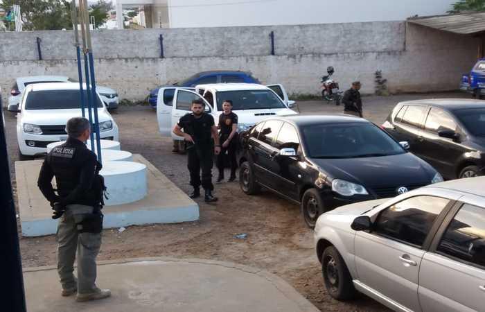 Acusados estão sendo levados para a delegacia de Serra Talhada. Imagem: Divulgação/PCPE