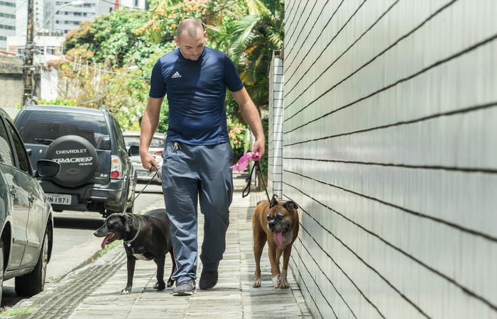 Bruno Barbosa costuma passear com os cães e sempre leva junto um saquinho. Foto: Camila Pifano/Esp. DP