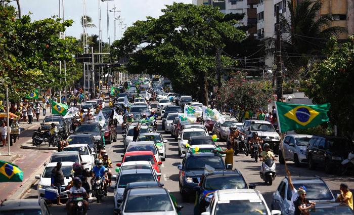 Condutores dos veículos seguiram buzinando por todo o percurso. Muitos vestiam camisa do Brasil. Foto: Paulo Paiva/DP (Foto: Paulo Paiva/DP)