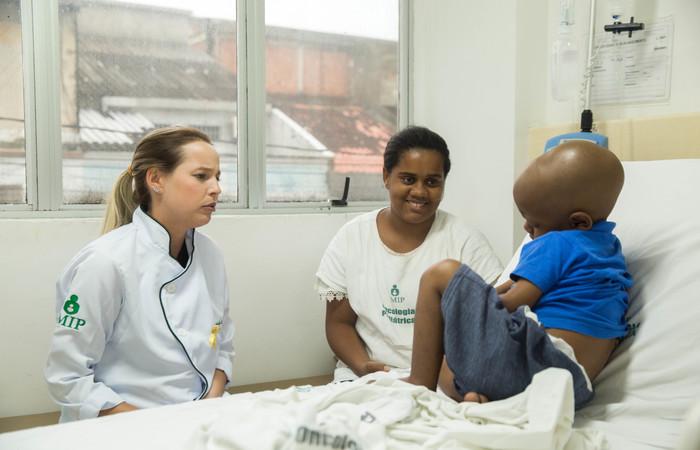 A mãe de Carlos Eduardo foi orientada como ter mais cuidado com a higiene bucal do filho. Imagem: Camila Pifano/Esp DP